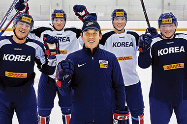 Kim (foreground), with members of the South Korean ice hockey team on January 10 at the Jincheon National Training Center. Image: Korea Ice Hockey Association